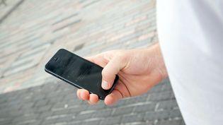 """77 % des Français âgés de 18 à 75 ans possèdent un téléphone portable (étude Deloitte, """"usages mobiles"""", 2016) (EOIN O'CONAILL / DPA)"""