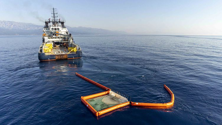 Un navire de la Marine nationale lutte contre la nappe d'hydrocarbure en Corse. (- / MARINE NATIONALE)