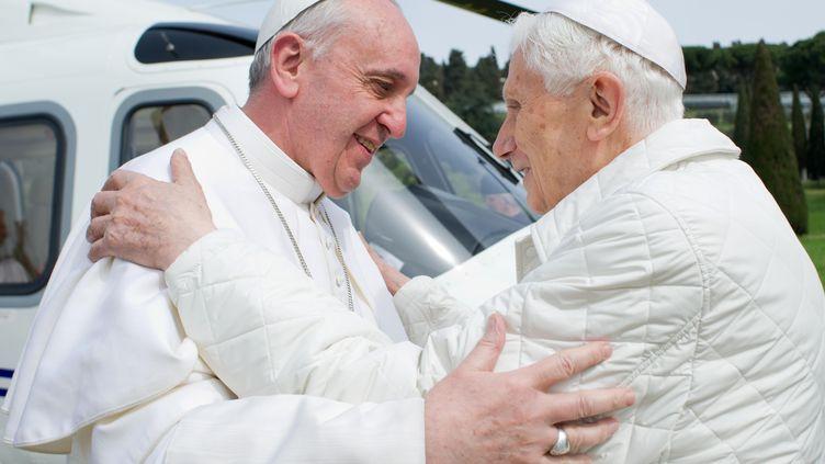 Le pape François rencontre son prédécesseur Benoît XVI, samedi 23 mars dans la résidence de Castel Gandolfo (Italie). (OSSERVATORE ROMANO / AFP)
