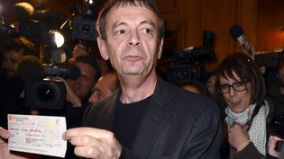 Paris, le 4 novembre 2013, Pierre Lemaitre, dédie son prix Goncourt 2013 (ERIC FEFERBERG / AFP)