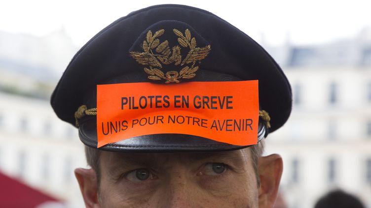 Un pilote d'Air France manifeste, le 23 septembre 2014 à Paris, devant l'Assemblée nationale. (CITIZENSIDE / NICOLAS KOVARIK / AFP)