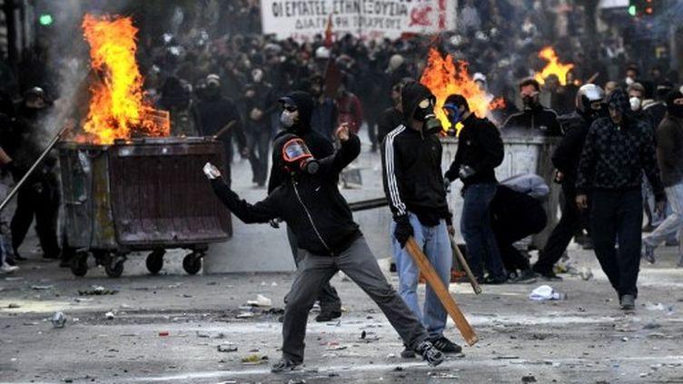 De violents affrontements ont éclaté en marge des manifestations anti-austérité à Athènes, le 20 octobre 2011. (LOUISA GOULIAMAKI/AFP)