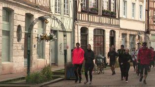 Cela fait peut-être partie de vos bonnes résolutions de la nouvelle année : faire du sport. Il y a encore plus ambitieux, faire du sport en se cultivant. Exemple dans le centre-ville de Rouen (Seine-Maritime). (FRANCE 3)