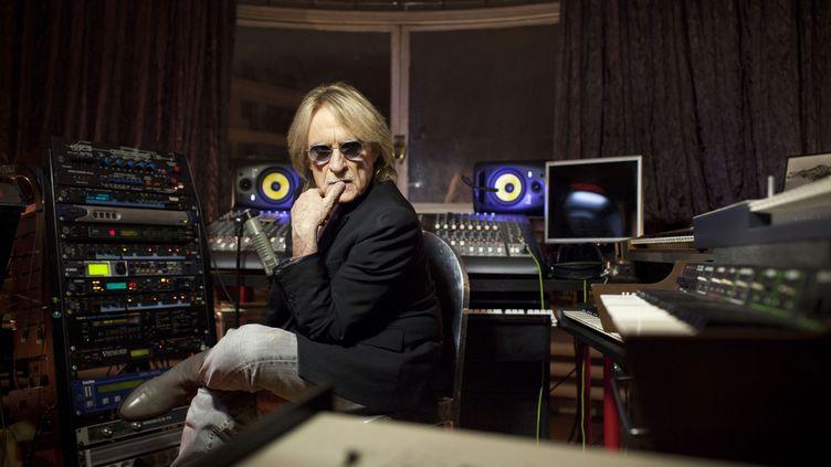 Le chanteur Christophe dans le studio d'enregistrement de son domicile parisien, en 2013. (JEAN NICHOLAS GUILLO / MAXPPP)