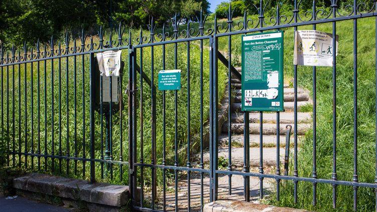 Une entrée du parc des Buttes-Chaumont à Paris, le 21 mai 2020. (AMAURY CORNU / HANS LUCAS)