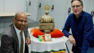 Sirak Asfaw et Arthur Brandposent avec la couronne éthiopienne d'une valeur inestimable, datant du 18e siècle, aux pays-Bas (JAN HENNOP / AFP)