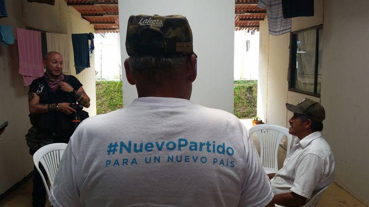 Le Sergent Miguel Angel Pascuas (de dos) dans le village de Monterredondo dans le Cauca. (THIBAULT LEFEVRE / RADIOFRANCE)