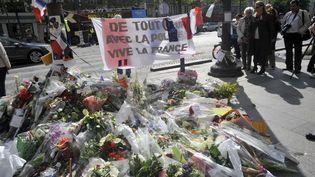 Les Parisiens déposent des fleurs en mémoireàXavier Jugelé, lepolicier tué dans l'attaque terroriste survenue, jeudi 20 avril , sur les Champs-Elysées à Paris. (SERGE ATTAL)