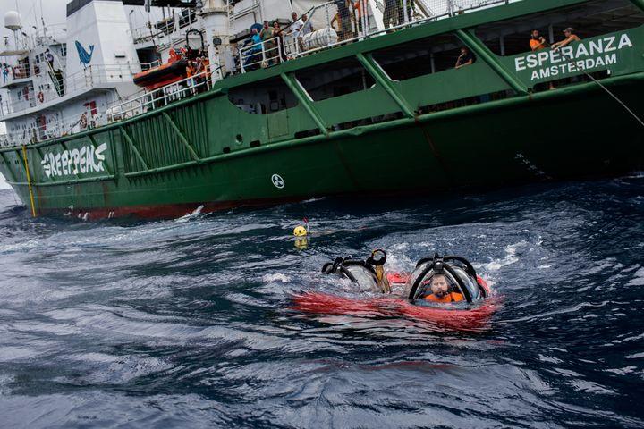 Le scientifique Fabiano Thompson et le membre de Greenpeace Jozeph Lowyck plongent à la découverte du récif corallien de l'Amazone, le 28 janvier 2017, au large du Brésil. (MARIZILDA CRUPPE / GREENPEACE BRAZIL)