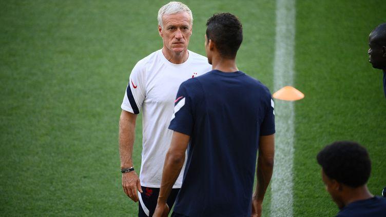 Didier Deschamps à l'entraînement au stade Nandor de Budapest, le 22 juin (FRANCK FIFE / AFP)