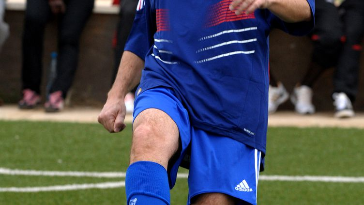 Eric Besson portant le maillot de l'équipe de France lors d'un déplacement au Sénégal, le 7 décembre 2009, à Saly Portidal. (SEYLLOU DIALLO / AFP)