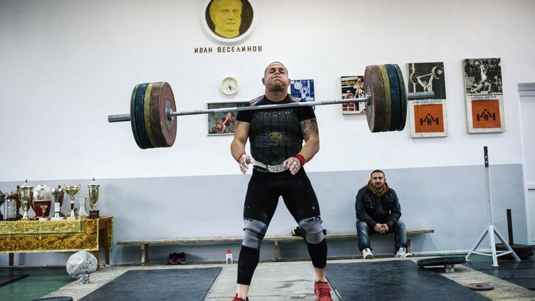 Un athlète relâche son poidslors d'un entraînement en Bulgarie, le 10 février 2016. (DIMITAR DILKOFF / AFP)