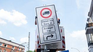 Un panneau d'interdiction de circulation aux poids lourds équipés de moteurs diesel, à Hambourg (Allemagne), le 15 mai 2018. (DANIEL BOCKWOLDT / DPA)