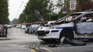 Une voiture de police brûlée à Viry-Chatillon (Essonne), samedi 8 octobre 2016. (THOMAS SAMSON / AFP)