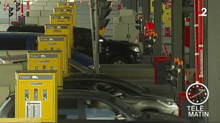 Des voitures à un péage. (France 2)