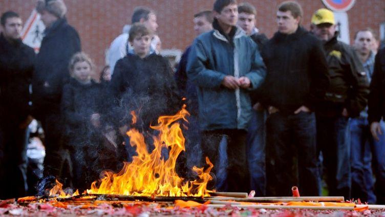 Des employés de SeaFrance brûlent des drapeaux de la CFDT lors d'une manifestation à Calais (Pas-de-Calais), le 10 janvier 2012. (PHILIPPE HUGUEN / AFP)