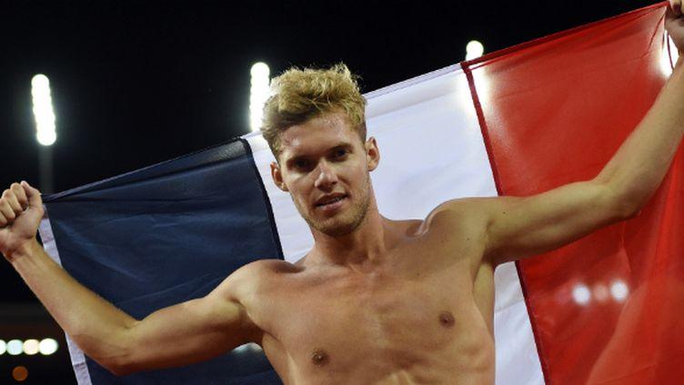 Le décathlonien Kevin Mayer fête sa médaille d'argent drapeau français autour du cou