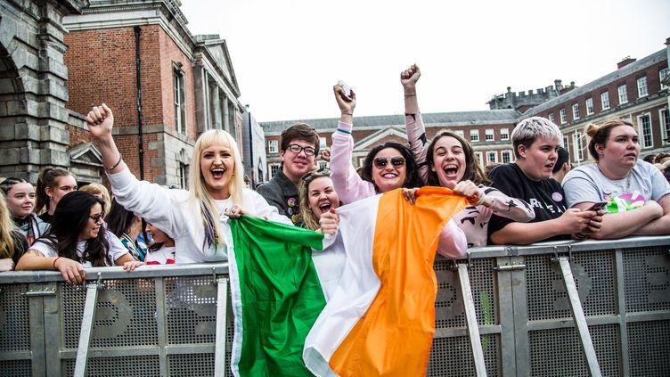 Des Irlandaises se réjouissent après le référendum sur l'IVG, en mai 2018. (JAMES FORDE / CENTER FOR REPRODUCTIVE RIGHTS / AFP)