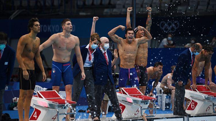 Comme en 2016 à Rio, les Etats-Unis ont remporté la finale olympique du relais masculin 4x100 mètres nage libre, lundi 26 juillet. (OLI SCARFF / AFP)