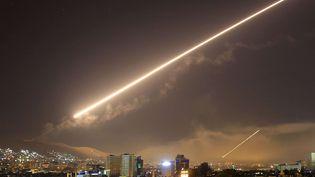 Le ciel de Damas (Syrie) traversé par les missiles pendant les frappes coordonnées par les Etats-Unis, la France et le Royaume-Unis, très tôt le samedi 14 avril 2018. La capitale de la Syrie a été secouée par de bruyantes explosions, au moment même où Donald Trump annoncait cette opération à Washington. (HASSAN AMMAR/AP/SIPA / AP)