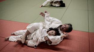 Une session d'entraînement de judo au gymnase d'Asahikawa, au Japon, le 5 février 2020. (YASUYOSHI CHIBA / AFP)
