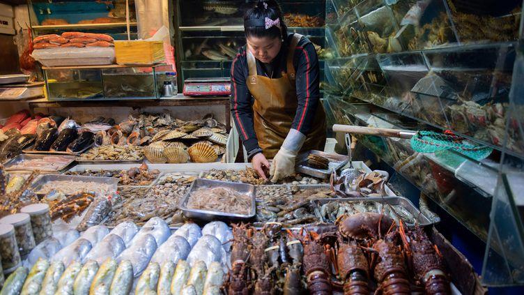 Un marché de poissons et fruits de mer à Pékin (photo d'illustration). (NICOLAS ASFOURI / AFP)