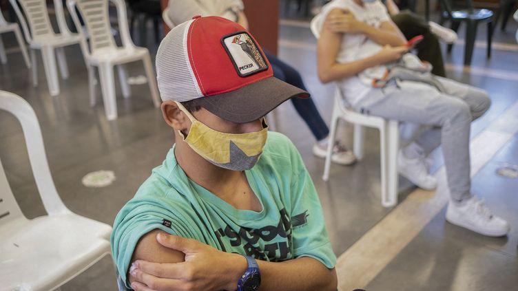 Un adolescent s'est faitvacciner contre le Covid-19 à Montevideo (Uruguay), le 9 juin 2021. (PABLO VIGNALI / ADHOC / AFP)