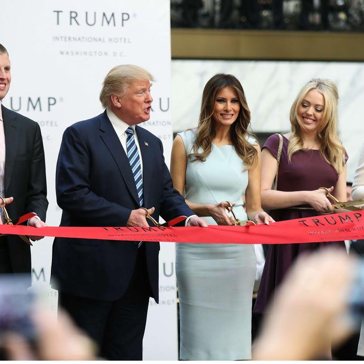 Le candidat républicain à la Maison Blanche, Donald Trump, accompagné de sa famille, inaugure un hôtel à Washington D.C. (Etats-Unis), le 26 octobre 2016. (MANUEL BALCE CENETA / AP / SIPA)