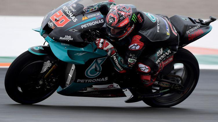 Le Français Fabio Quartararo au guidon de sa Yamaha sur le circuit de Valence (JOSE JORDAN / AFP)