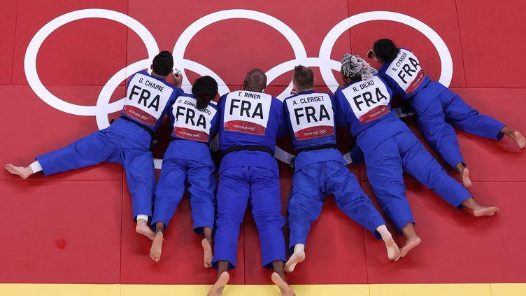 Les judokas de l'équipe de France mixte, après leur victoire face au Japon en finale. (YUTA HOSHINO / YOMIURI)