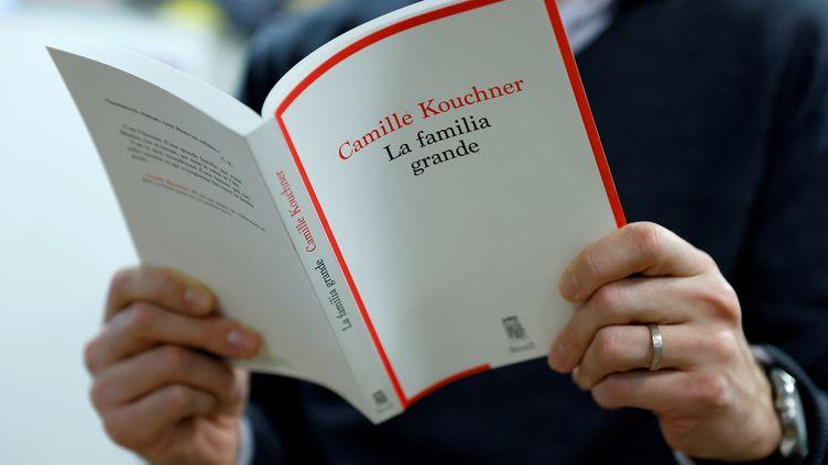 """Couverture du livre de Camille Kouchner, """"La familia grande"""" (Seuil), publié le 7 janvier 2021 (THOMAS SAMSON / AFP)"""