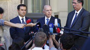 Bernard Cazeneuve entouré d'Ahmet Ogras et d'Anouar Kbibech, deux responsables du CFCM, le 24 août 2016. (MATTHIEU ALEXANDRE / AFP)