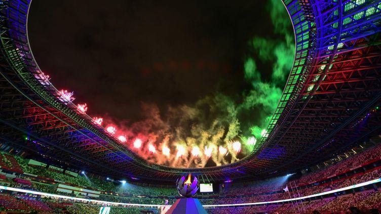 Des feux d'artifice illuminent le ciel au-dessus du stade olympique lors de la cérémonie de clôture des Jeux paralympiques de Tokyo 2020, à Tokyo, le 5 septembre 2021. (PHILIP FONG / AFP)