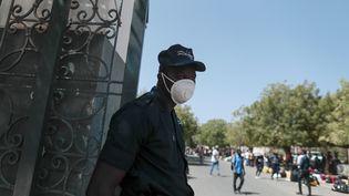 Un agent de sécurité portant un masque devant l'entrée de l'université Cheikh Anta Diop de Dakar, le 16 mars 2020. L'établissement a fermé ses portes pour cause de coronavirus. (REUTERS - ZOHRA BENSEMRA / X90036)