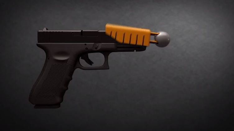 """Capture d'écran montrant l'embout qui devrait rendre les balles des pistolets """"moins mortelles"""",développé par la compagnie américaine Alternative Ballistics, février 2015 (ALTERNATIVE BALISTICS / YOUTUBE)"""
