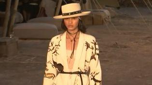 Depuis quelque temps, les maisons de couture rivalisent d'originalité et d'audace pour leurs défilés. Mais cette fois, Dior a atteint des sommets. Hier, jeudi 11 mai, sa collection Dior Sauvage a été dévoilée en plein désert de Californie sous les yeux captivés d'un parterre de stars. (France 3)
