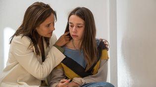 """Julie de Bona retourne dans le passé pour empêcher le suicide de sa fille Kim Higelin dans """"Plan B"""". (FRAN?OIS LEFEBVRE)"""