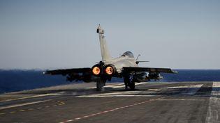 Un avion Rafale décolle du porte-avions Charles de Gaulle en mer Méditerranée, en octobre 2016. (ERIC FEFERBERG / AFP)