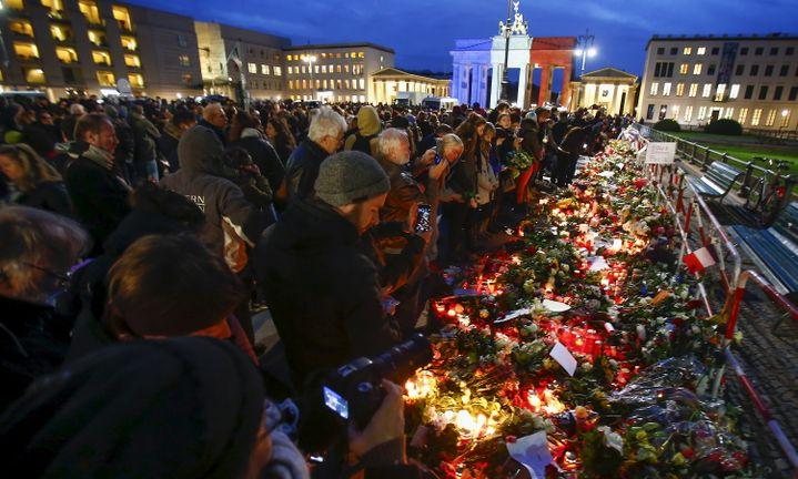 Des centaines de personnes réunies à Berlin (Allemagne). (HANNIBAL HANSCHKE / REUTERS)