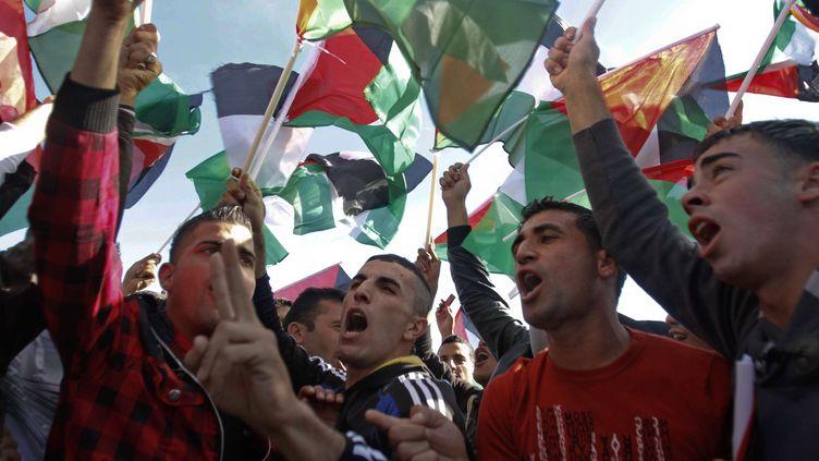 Des Palestiniens célèbrent, le 2 décembre 2012 à Ramallah (Cisjordanie),la reconnaissance du statut d'Etat observateur des Nations unies octroyé à la Palestine. (NASSER SHIYOUKHI / AP / SIPA)