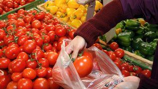 Les sacs plastique très fins, bannis des caisses des commerces depuis juillet, le seront aussi des rayons fruits et légumes à partir du 1er janvier 2017. (JEAN FRANCOIS FREY / MAXPPP)