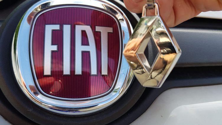 Les logos de Fiat et de Renault. (JEAN-FRANÇOIS FREY / MAXPPP)