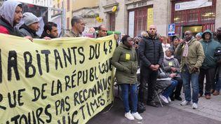 Rassemblement des anciens habitants de l'immeuble visé par l'assaut antiterroriste du 18 novembre 2015, à Saint-Denis, le 18 novembre 2017. (CAROLE STERLÉ / MAXPPP)