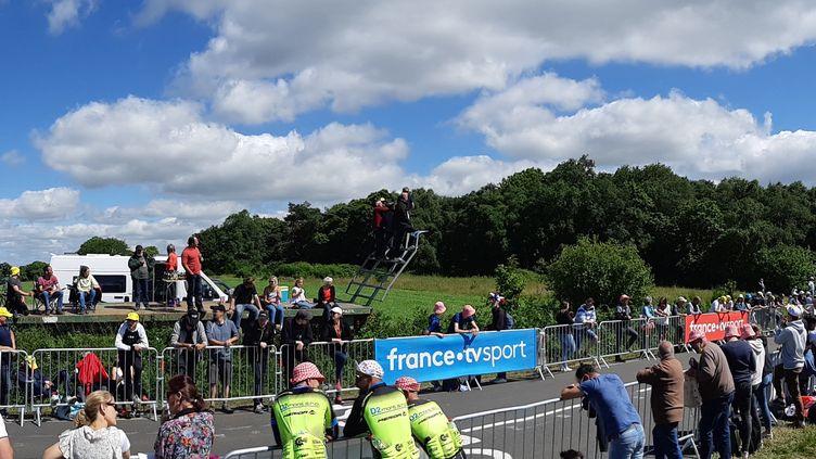 Les spectateurs attendent le passage des coureurs à Perros-Guirec (Côtes-d'Armor) lors du Tour de France, le 27 juin 2021. (NICOLAS BLANZAT / RADIO FRANCE)