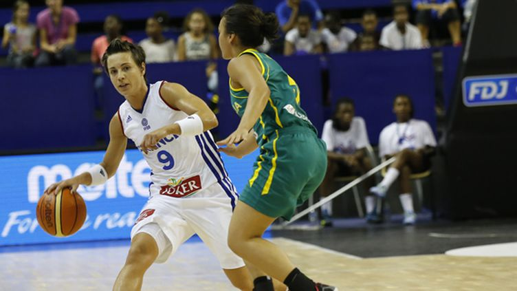 La meneuse tricolore Céline Dumerc face aux joueuses australiennes (THOMAS SAMSON / AFP)