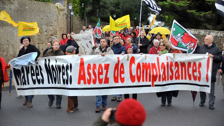 """A Batz-sur-Mer (Loire-Atlantique), manifestation contre la pollution de """"l'Erika"""", en décembre 2009 (FRANK PERRY / AFP)"""