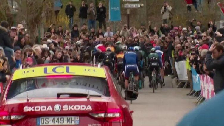 Les coureurs du Paris-Nice se sont élancés dimanche 8 mars des Yvelines. Mais dans le peloton, la peur du Covid-19 est bien présente. (France 3)