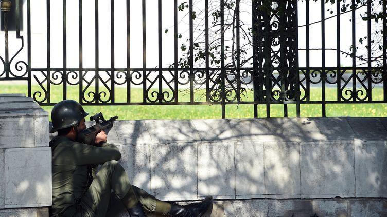Un agent des forces de sécurité tunisiennes autour du musée du Bardo, près de Tunis, le 18 mars 2015. (FETHI BELAID / AFP)