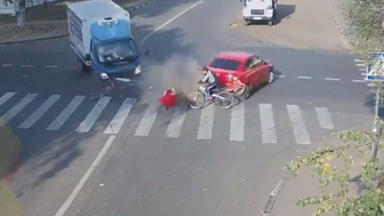 Capture d'écran d'une vidéo, postée sur YouTube, du site spécialisé Live Leak montrant un accident survenu àLioubertsy, dans la banlieue de Moscou (Russie), le 19 septembre 2014. (LIVE LEAK / YOUTUBE)