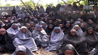 Capture d'écran d'une vidéo du groupe islamiste armé Boko Haram, publiée le 12 mai 2014, montrant les lycéennes enlevées le 14 avril à Chibok, au Nigeria. (BOKO HARAM / AFP)